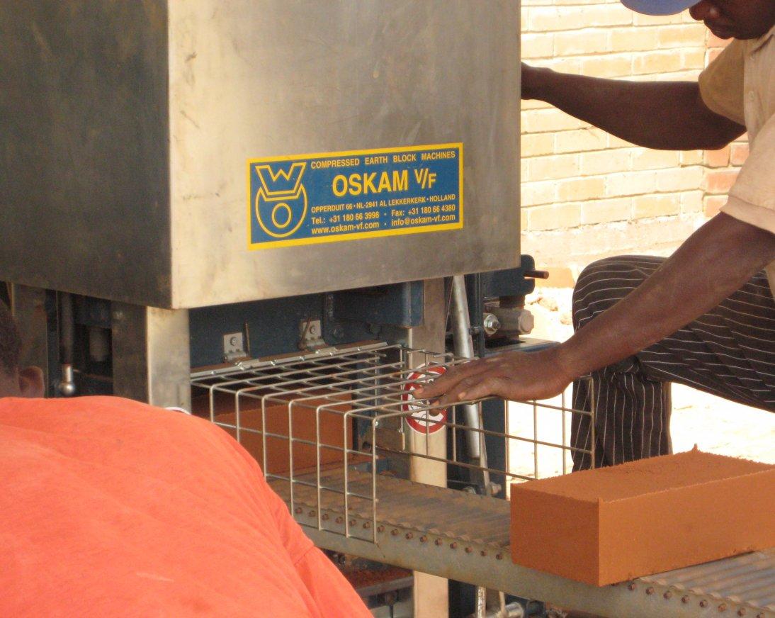 machine à blocs de terre compressés produisant des blocs de terre comprimés.