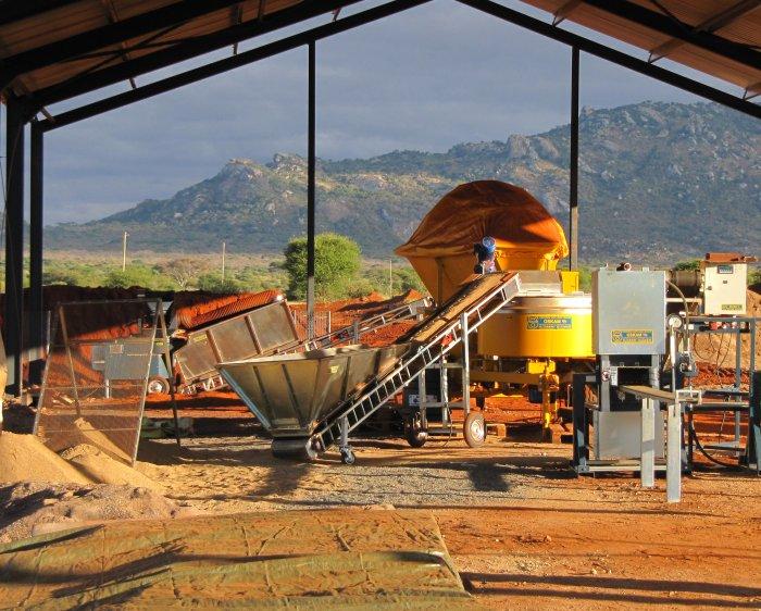 Una máquina de bloques de tierra comprimida con 6 cintas transportadoras, trituradora, sistema de dosificación por aspersión y mezclador móvil