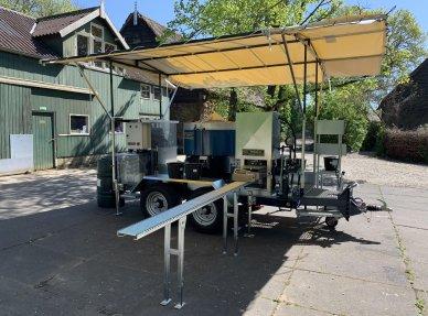 Una máquina de hacer bloques de tierra comprimida Un mezclador Un sistema de dosificación por aspersión Una máquina de pulir 7.5 KW Cuatro tamices diferentes
