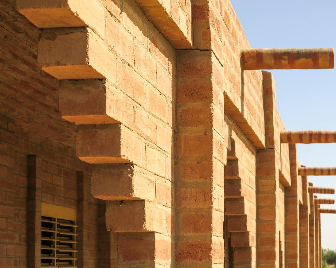 un ejemplo de un edificio hecho con bloques de tierra comprimida, el edificio es robusto y acumula calor