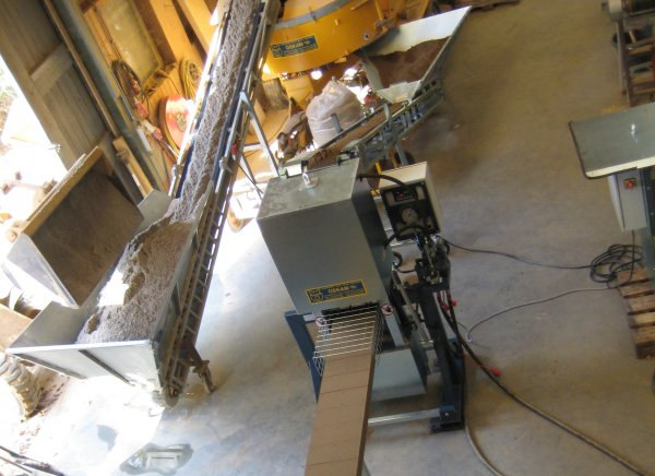 Hier zie je de Compressed earth block machine half automatich in de werkplaats van oskam v/f in Lekkerkerk.