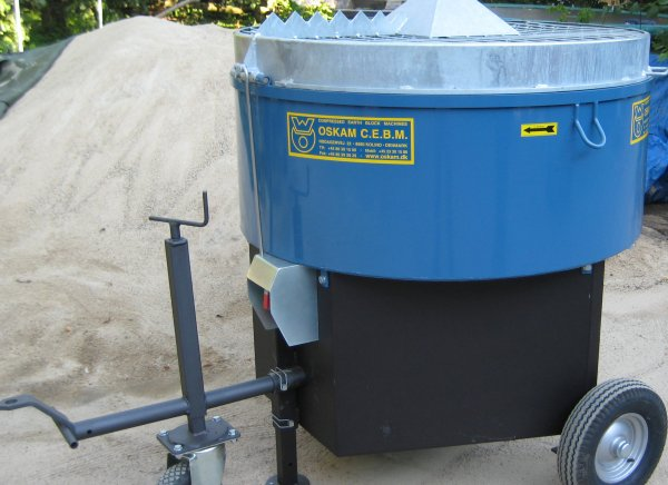 Convient pour l'adobe, les mélanges pour stuc et le chanvre avec œillets de levage. 500 litres / 60% de capacité de mélange avec moteur électrique