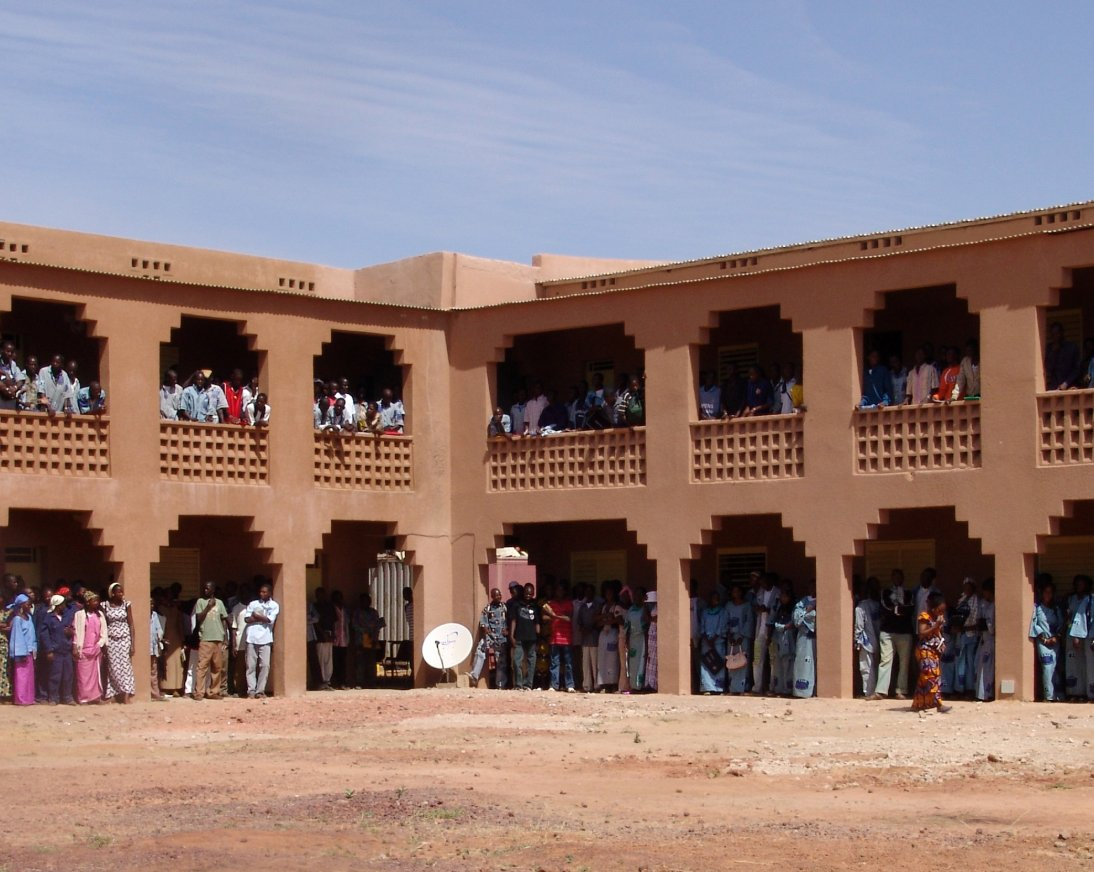 Edificio de bloques de tierra comprimida construido con bloques de tierra comprimida